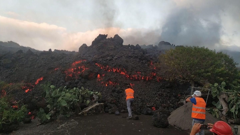 Técnicos del Instituto Volcanológico de Canarias (Involcan) toman muestras de las coladas de lava del volcán de La Palma.