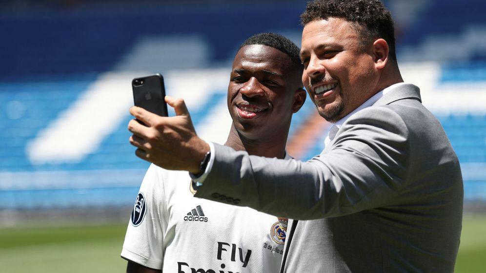 Foto: Ronaldo se hace un selfie con Vinicius en el día de la presentación del joven brasileño en el Bernabéu. (Efe)