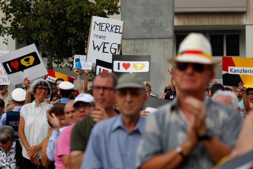Foto: Una pancarta contra Angela Merkel durante un mitin de la canciller en Ludwigshafen, Alemania. (Reuters)