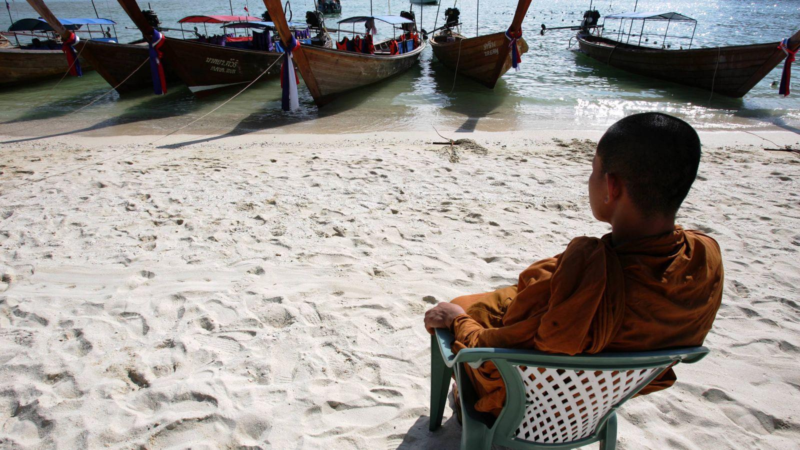 Foto: Un monje budista bendice las barcas de pesca, en el archipiélago de Phi Phi, Tailandia. (Reuters)