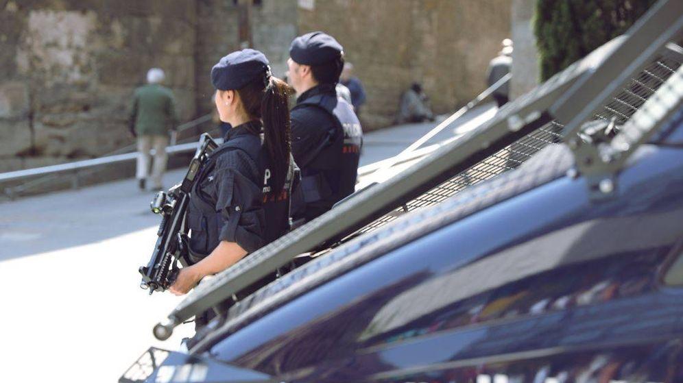 Foto: Agentes de los mosos en una foto de archivo. (EFE)