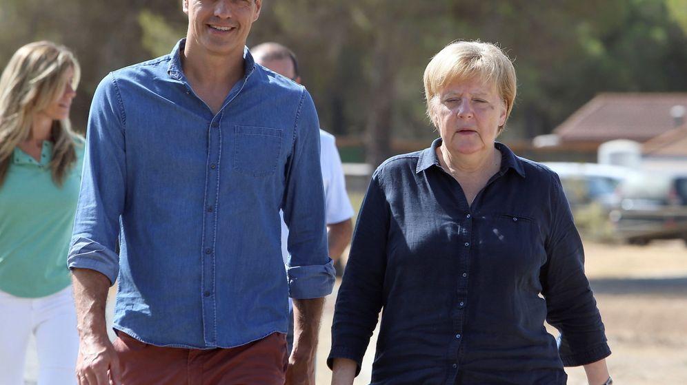 Foto: Pedro Sánchez y Angela Merkel en Doñana. (EFE)
