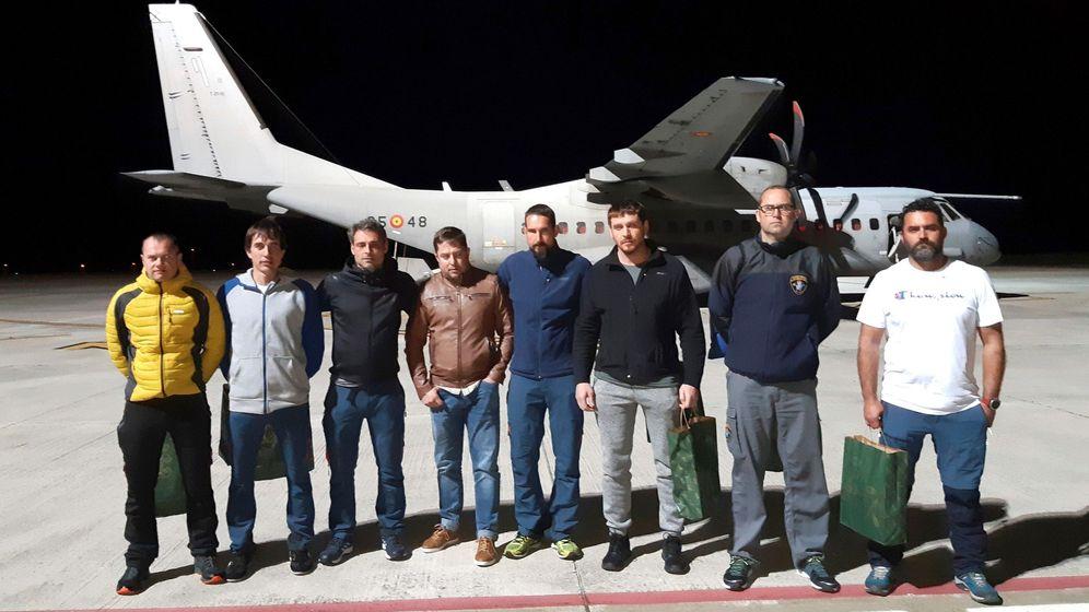 Foto: Los ocho integrantes de la Brigada de Salvamento Minero que han participado en el rescate. (EFE)