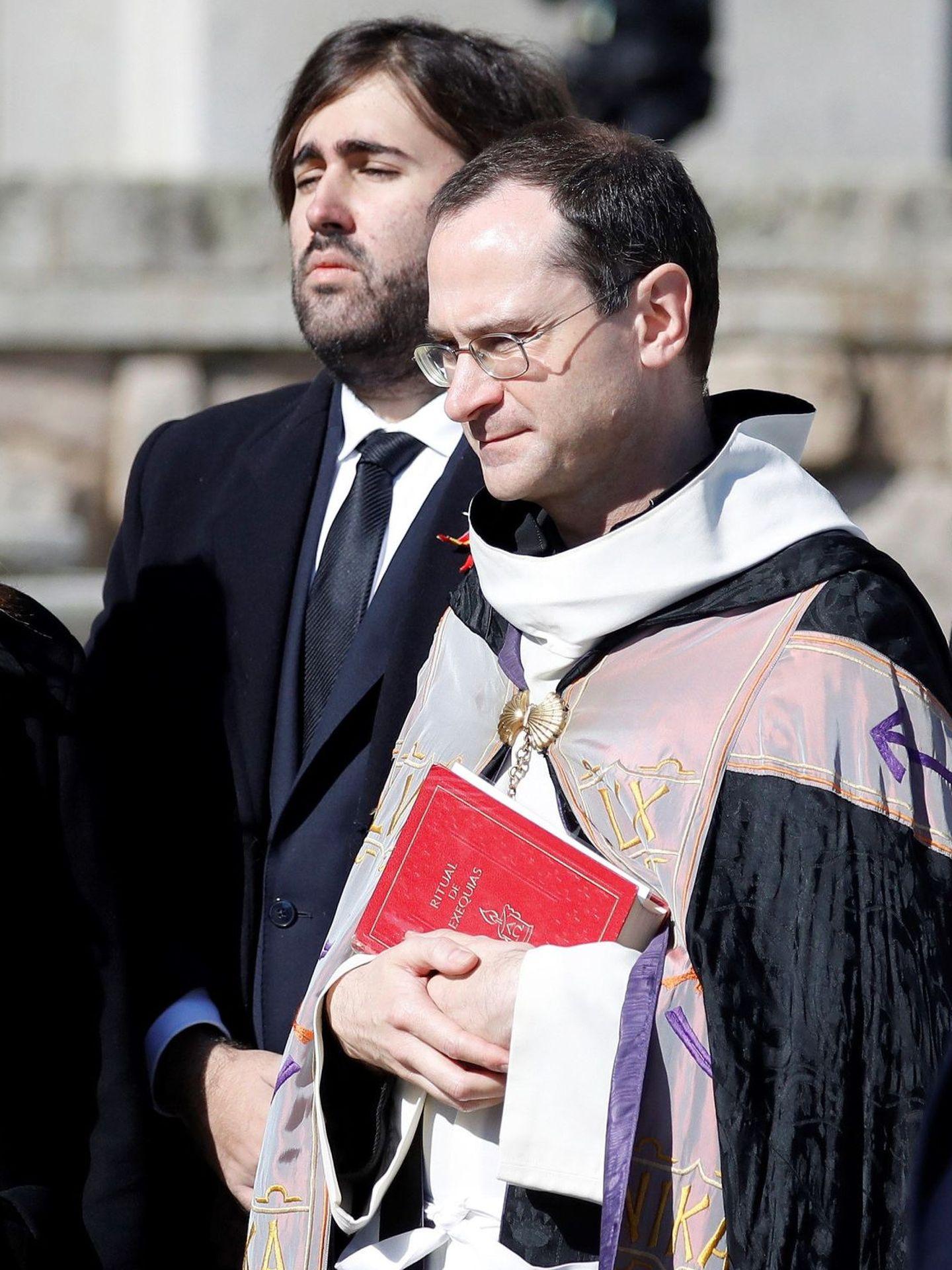Álvaro Franco Guisasola, junto al prior de la basílica del Valle de los Caídos, Santiago Cantera. (EFE)