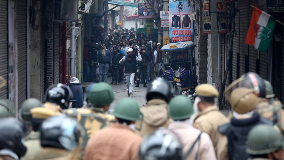 Foto: Manifestantes frente a las fuerzas de seguridad durante una protesta contra la Ley de Ciudadanía. (EFE)