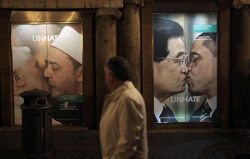 Foto: Un hombre pasa por delante de la polémica publicidad de una tienda de Benetton en Roma, en 2011 (Reuters)