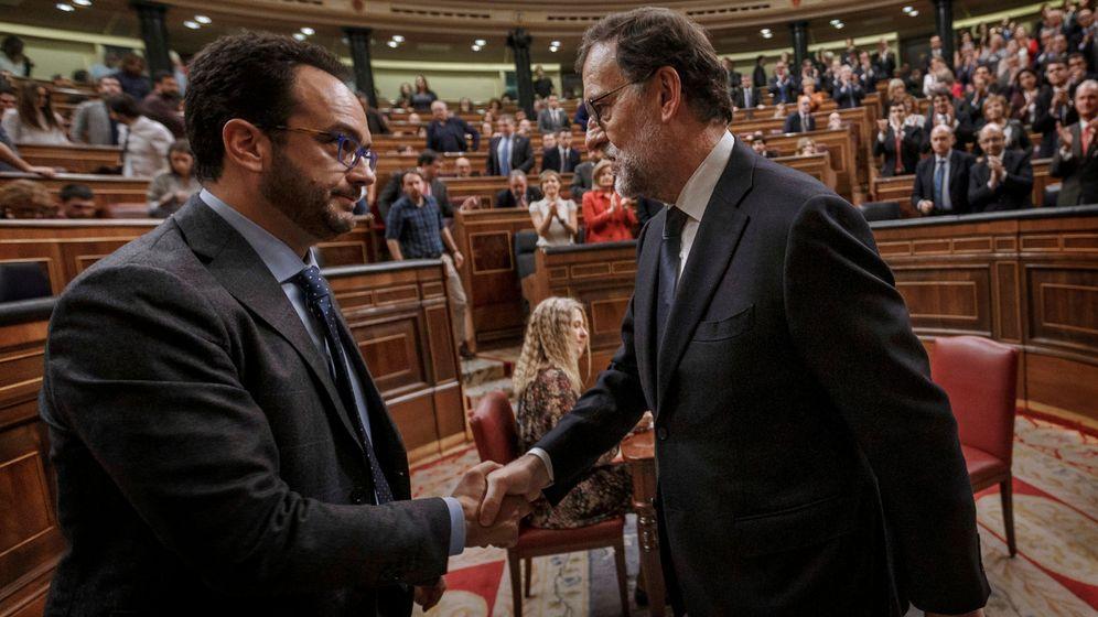 Foto: Antonio Hernando estrecha la mano de Mariano Rajoy tras su reelección como presidente gracias a la abstención de 68 diputados socialistas, este 29 de octubre. (Reuters)