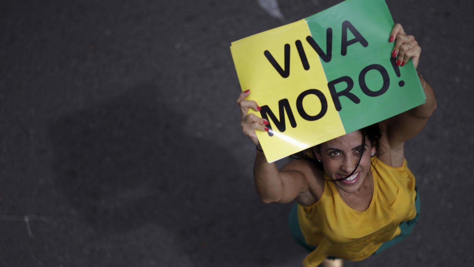 Foto: Una manifestante, con un cartel de apoyo al juez Sérgio Moro durante las protestas en Brasilia contra Rousseff  del 13 de marzo de 2016. (Reuters)