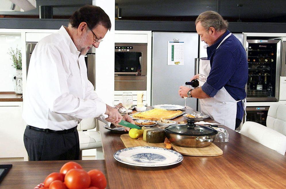 Foto: Mariano Rajoy, en la cocina de Bertín Osborne en 'En la tuya o en la mía'. (RTVE)