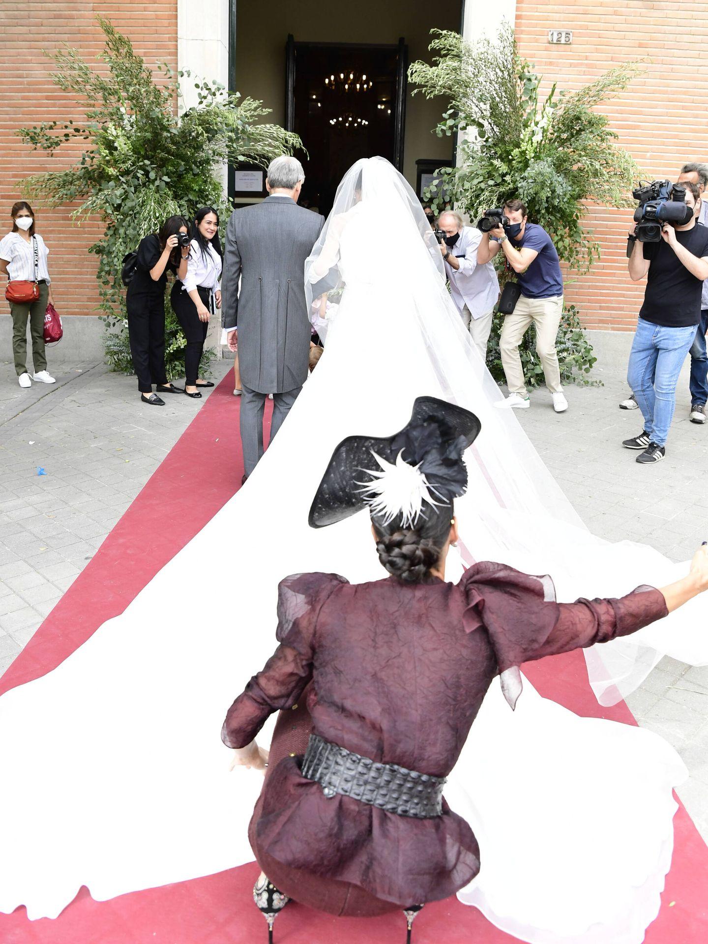 Las dos hermanas Martín Alcalde, antes de entrar en la iglesia. (LP)
