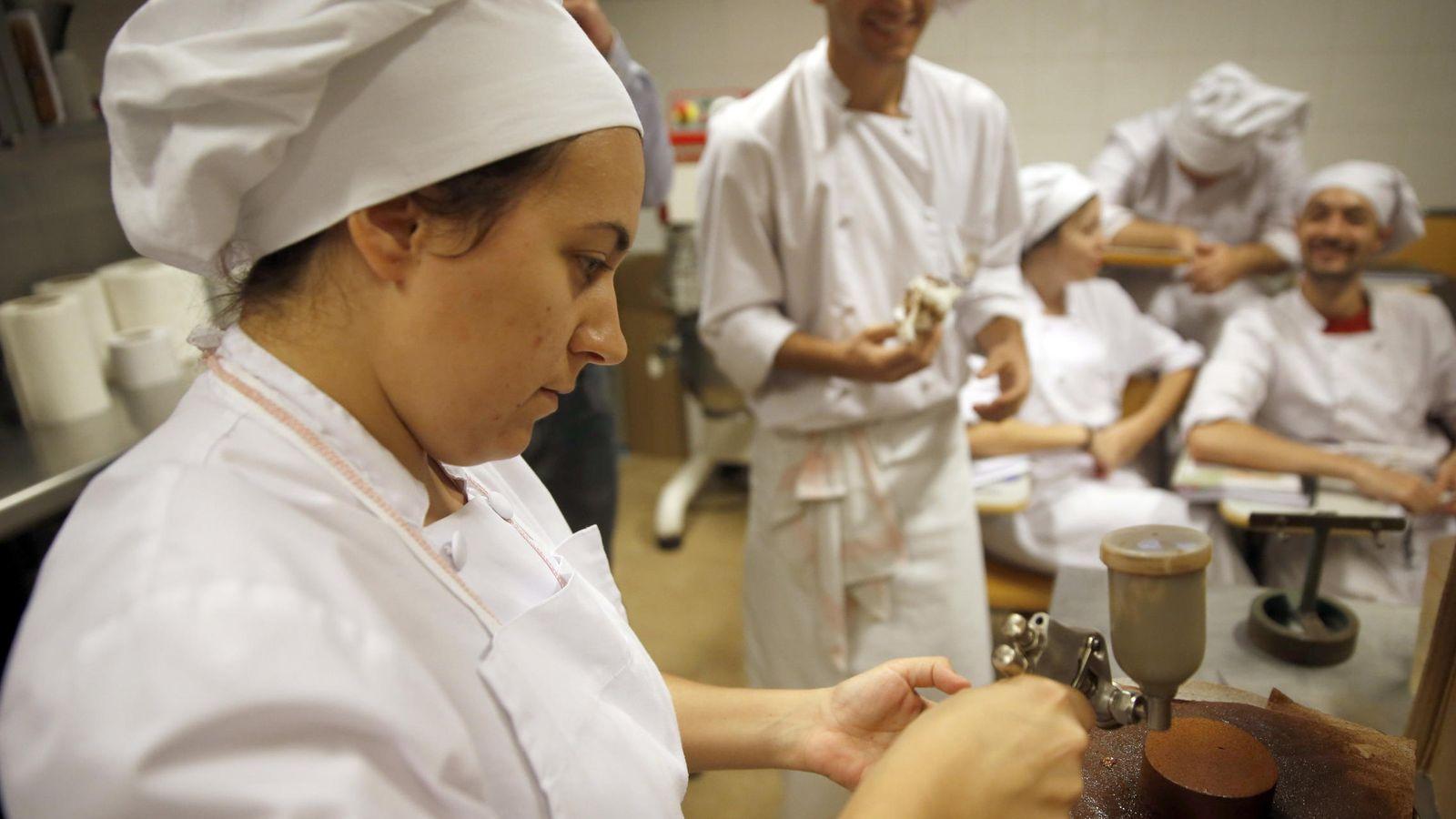 Foto:  Alumnos del centro de formación profesional de panadería y pastelería. (EFE)