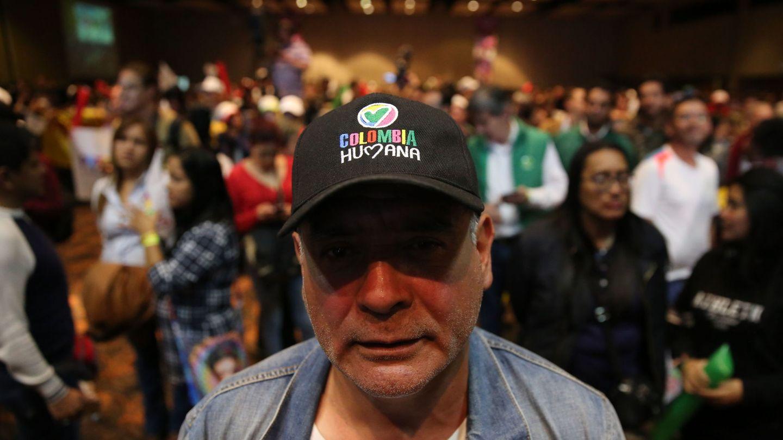 Simpatizantes del candidato presidencial Gustavo Petro reaccionan tras conocer los resultados oficiales de la segunda vuelta presidencial. (EFE)