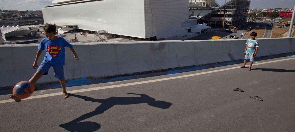 Foto: Niños jugando a la pelota en la calle.