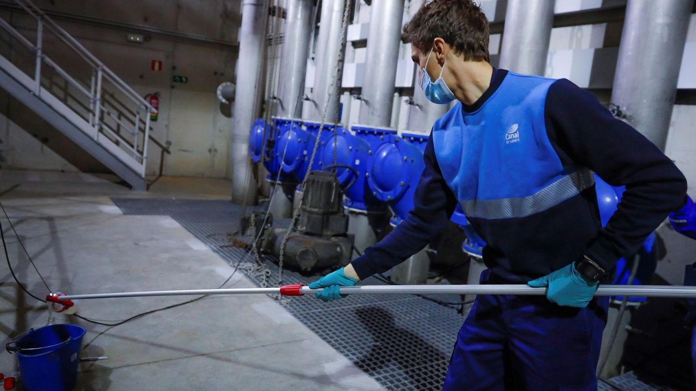 Trabajos en una planta de tratamiento de aguas residuales en Boadilla del Monte, Madrid. EFE