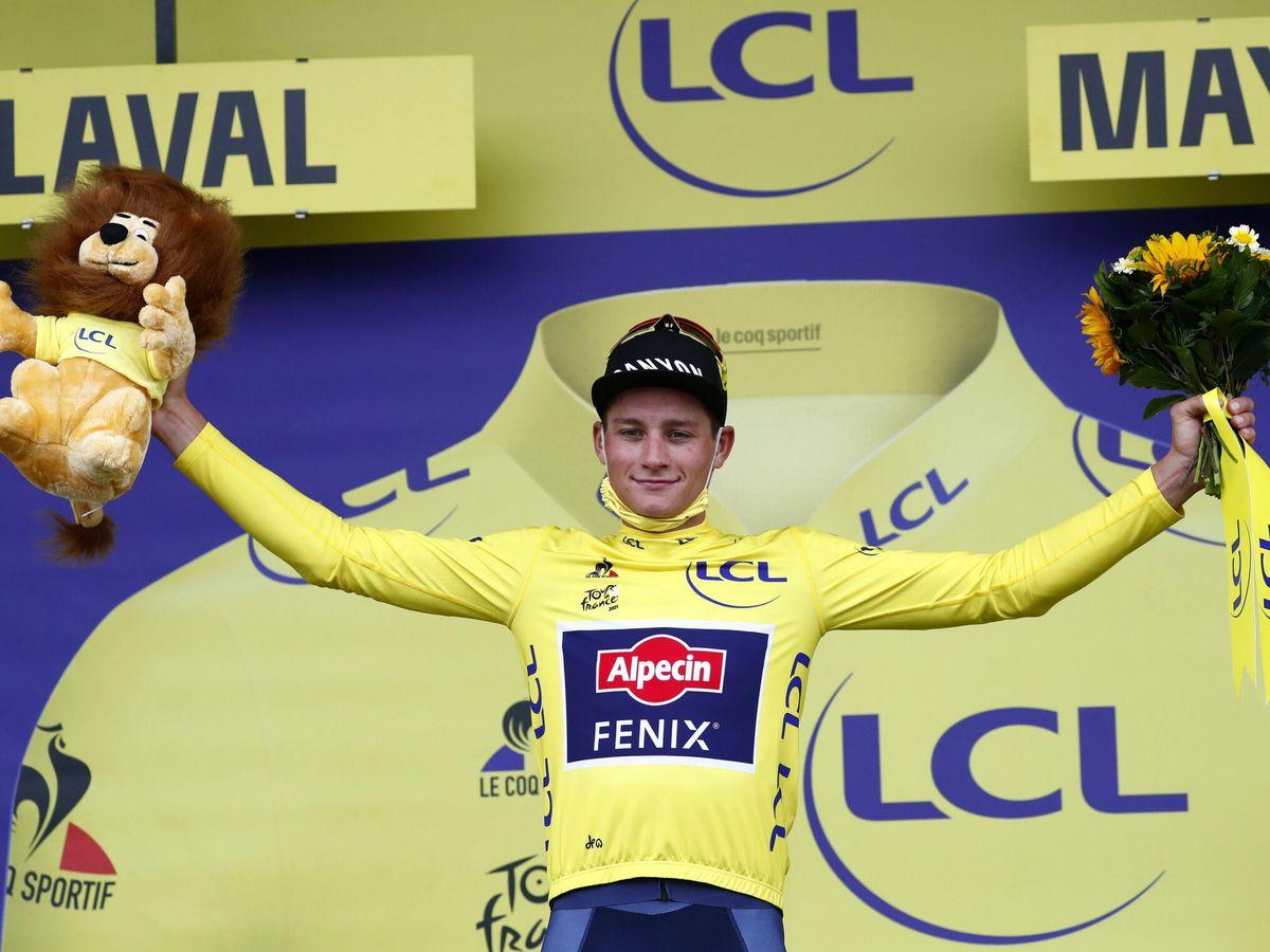 Foto: Van der Poel celebra el podio en la quinta etapa. (EFE)