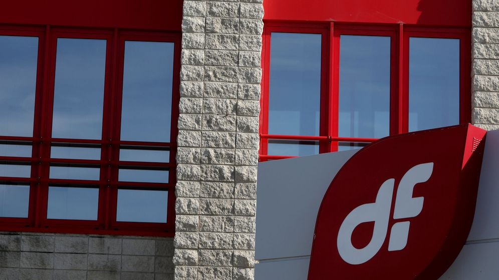 Foto: The logo of spanish engineering company duro felguera is seen outside its headquarters in madrid