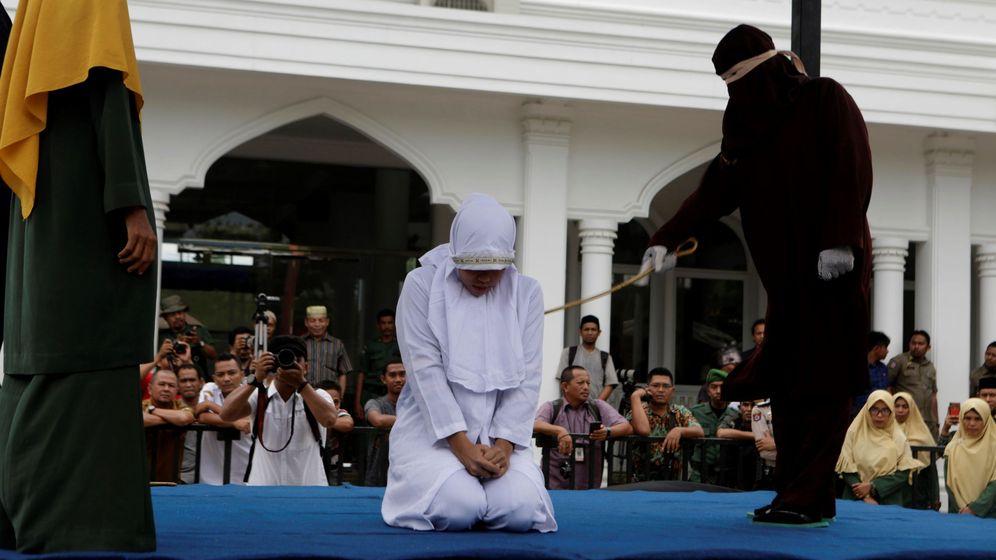 Foto: Los latigazos en público son una práctica común en la provincia indonesia de Aceh