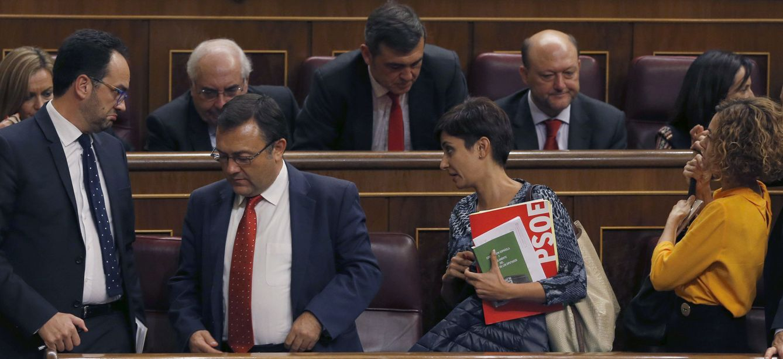 Foto: Antonio Hernando, junto a Miguel Ángel Heredia, Isabel Rodríguez y Meritxell Batet, este 26 de octubre en el debate de investidura de Mariano Rajoy. (EFE)