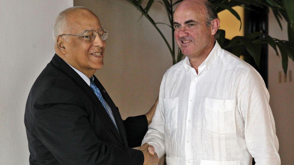 Foto: Luis de Guindos junto al vicepresidente de Cuba, Ricardo Cabrisas, en La Habana. (EFE)