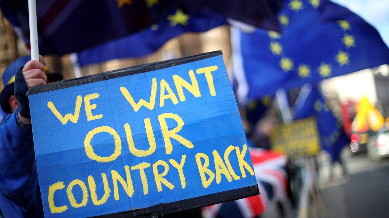 Manifestantes contrarios al Brexit protestan ante el Parlamento británico, en Londres. (Reuters)