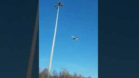 ¿Qué hace este avión parado en el cielo?