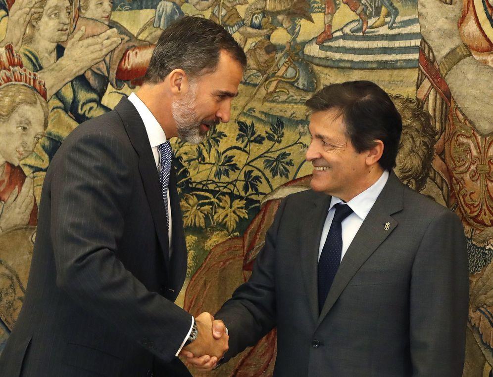 Foto: El rey Felipe VI recibe en la Zarzuela al presidente de la gestora del PSOE, Javier Fernández, este 25 de octubre. (EFE)