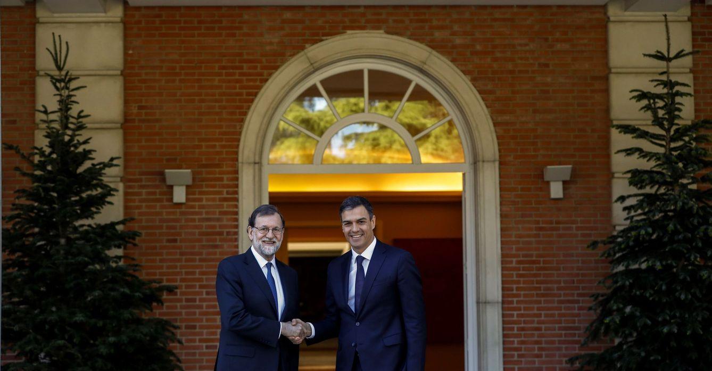 Foto: Mariano Rajoy y Pedro Sánchez, minutos antes del comienzo de su reunión en La Moncloa de este 15 de mayo. (EFE)