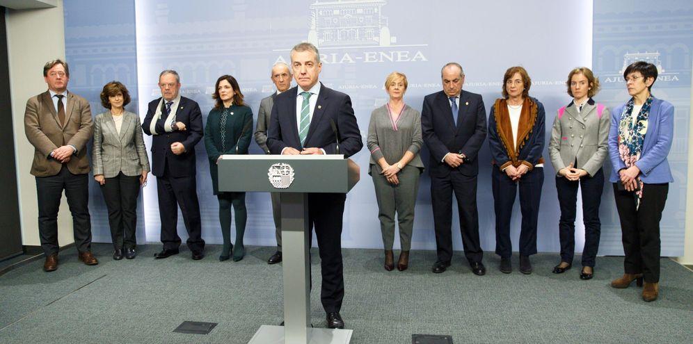 Foto: Urkullu, arropado por sus consejeros, en la comparecencia de este lunes para anunciar el adelanto electoral. (EFE)