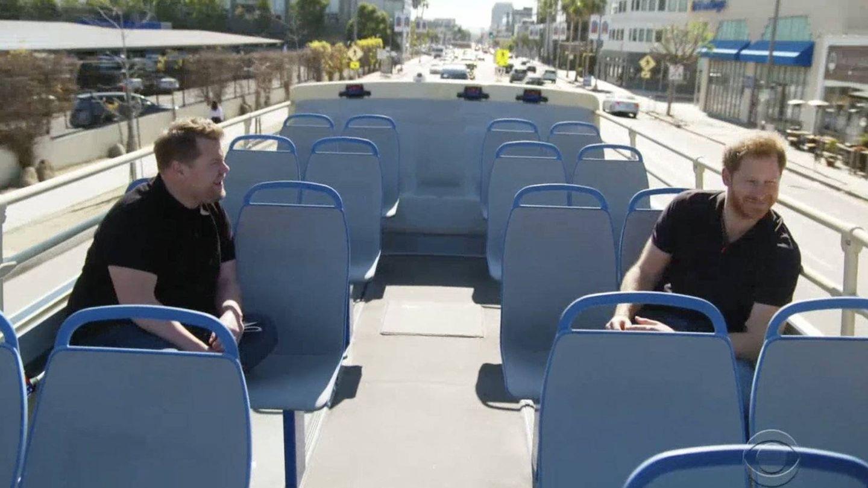 El príncipe Harry y James Corden, durante su recorrido en autobús turístico.