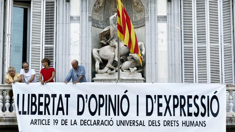 La Generalitat vuelve a colgar una pancarta tras retirar la del apoyo a los presos