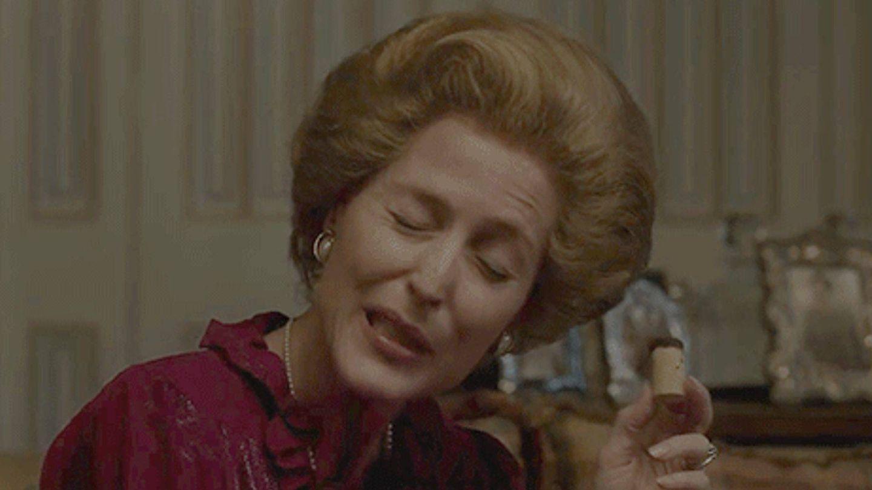 Gillian Anderson juega y bebe en 'The Crown'. (Getty)