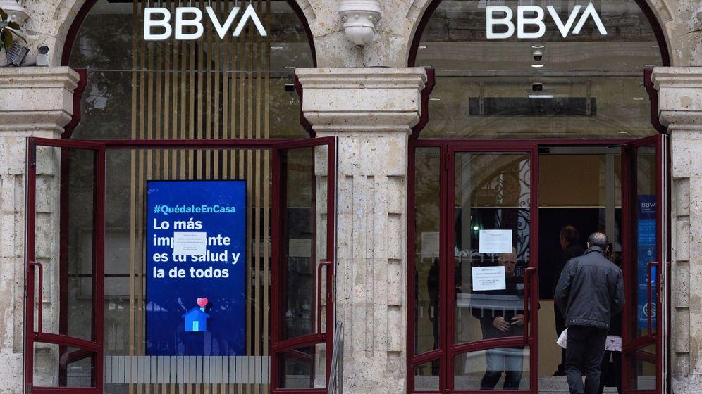 Foto: Un hombre entra en una sucursal bancaria del BBVA. (EFE)