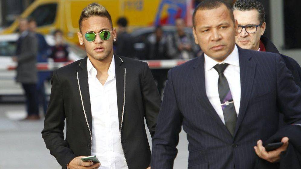 Foto: Neymar, junto a su padre, a la salida de la Audiencia Nacional. (EFE)