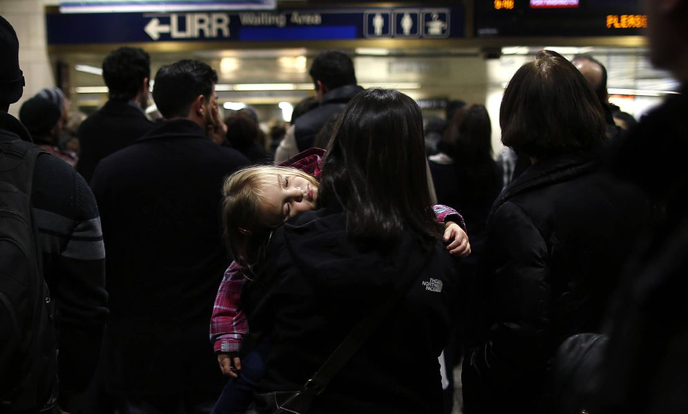 Foto: Pasajeros esperan tras una avería eléctrica en Penn Station, Nueva York. (Reuters)