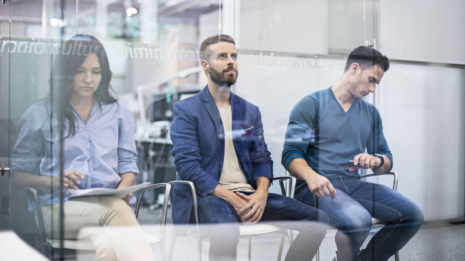 Foto: Tres candidatos esperando a hacer una entrevista de trabajo (iStock)