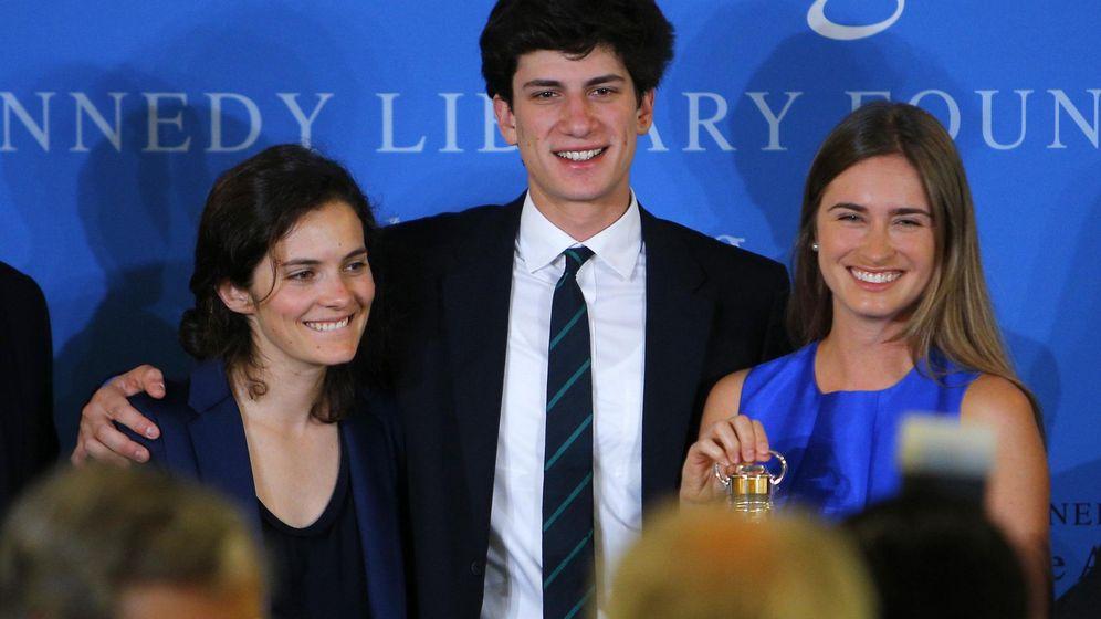 Foto: Rose y Jack Schlossberg, nietos de JFK, junto a Lauren Bush. (Reuters)