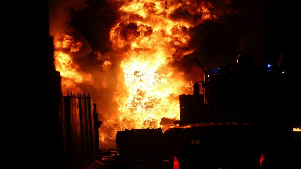 Así se ha conseguido controlar el espectacular incendio en una planta de reciclaje de Alcorcón
