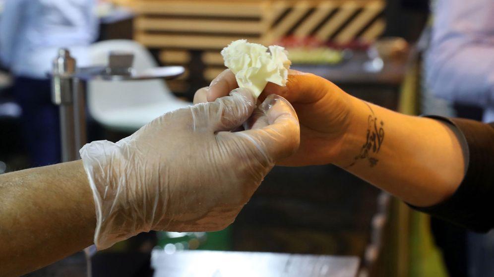 Foto: Le lanzaron un trozo de queso del tamaño de medio post it (EFE/J.J. Guillén)