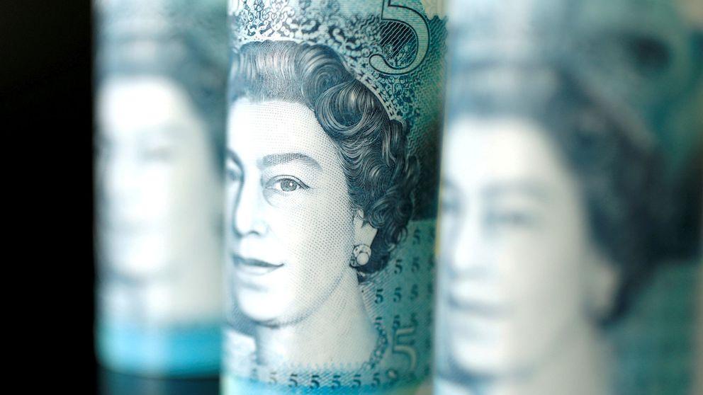 La libra cae frente al dólar y el euro ante la posibilidad de un Brexit duro