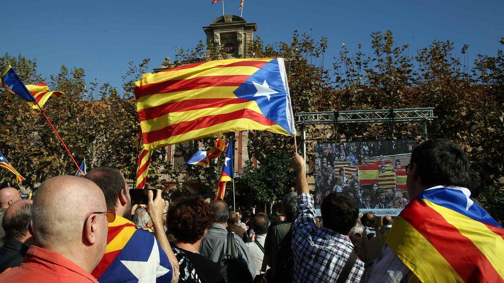 Foto: Miembros de entidades soberanistas siguen ante el Parlament de Cataluña el pleno en el que se ha aprobado la resolución conjunta de Junts pel Sí y la CUP (EFE)