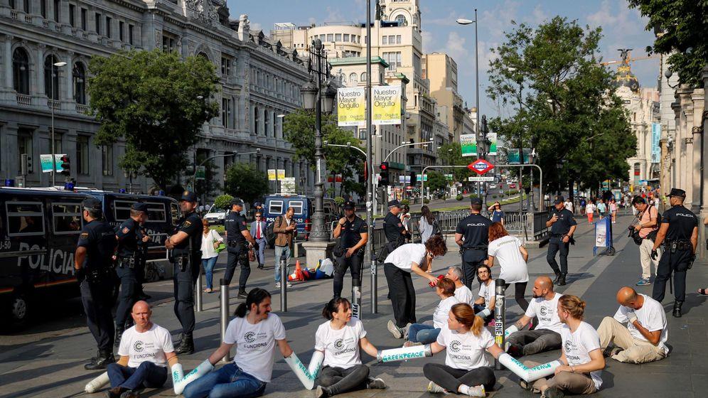 Foto: Activistas de Greenpeace cortan accesos al tráfico en Madrid central. (EFE)