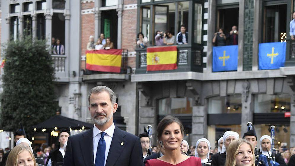 Foto: La familia real, a su llegada al teatro Campoamor. (Limited Pictures)