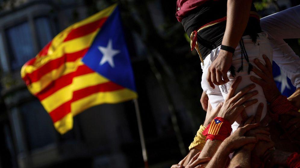 Foto: Grupo de castellers en una manifestación independentista. (EFE)