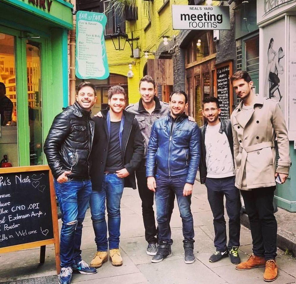 Foto: Alejandro Amenábar, David Blanco y su grupo de amigos en Londres (Facebook)