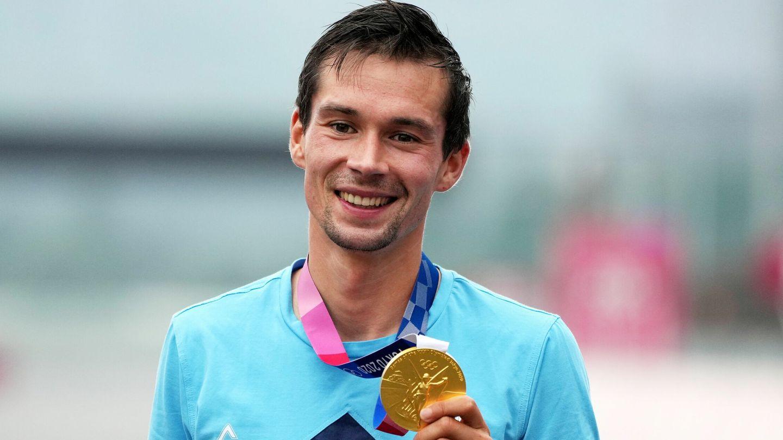 Roglic celebra la medalla de oro. (EFE)