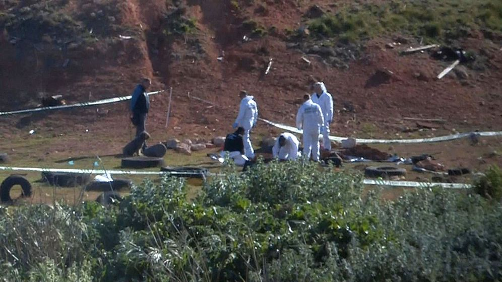 Foto: Agentes de la Policía Científica investigan en el lugar donde fue hallado el cuerpo. (EFE)