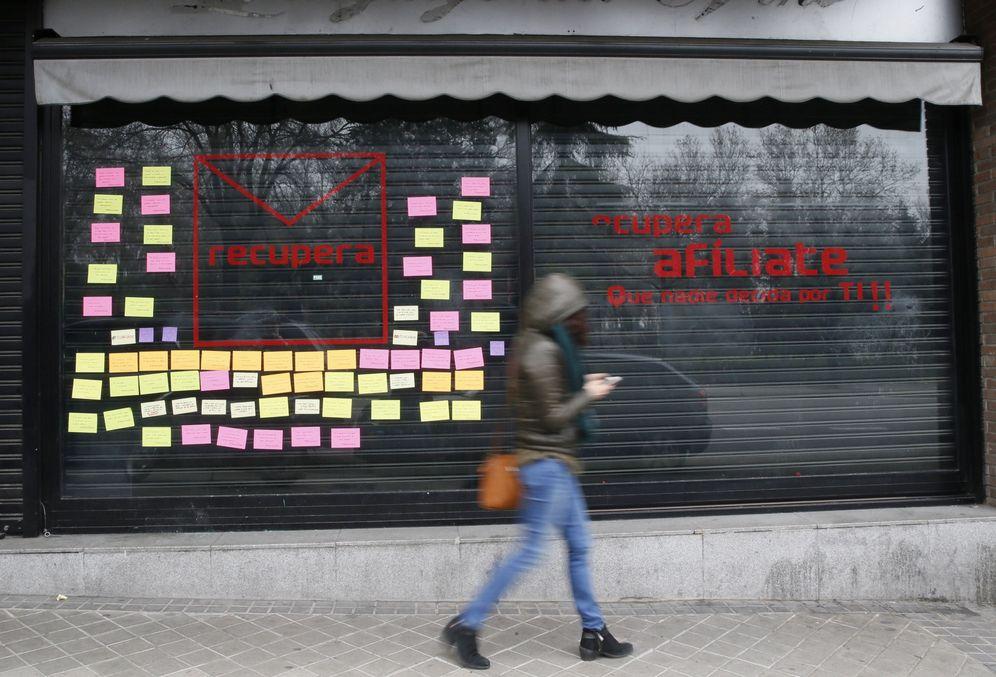 Foto: El local montado por militantes críticos en el número 10 de la calle de Ferraz, este 5 de enero, ya sin el término PSOE en el escaparate. (EFE)
