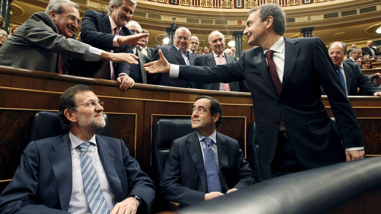 El exministro Virgilio Zapatero y el expresidente del Congreso Manuel Marín saludan al expresidente José Luis Rodríguez Zapatero, ante Mariano Rajoy y José Bono, en febrero de 2011, en la Cámara Baja. (EFE)