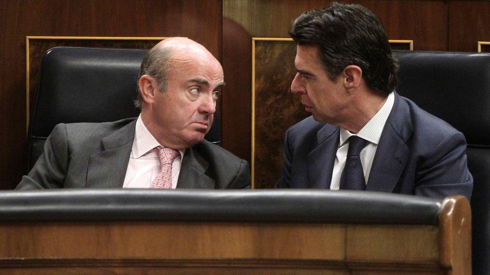 Foto: El ministro de Economía, Luis de Guindos, y el extitular de Industria, José Manuel Soria, conversan en el Congreso en un pleno de 2015. (EFE)