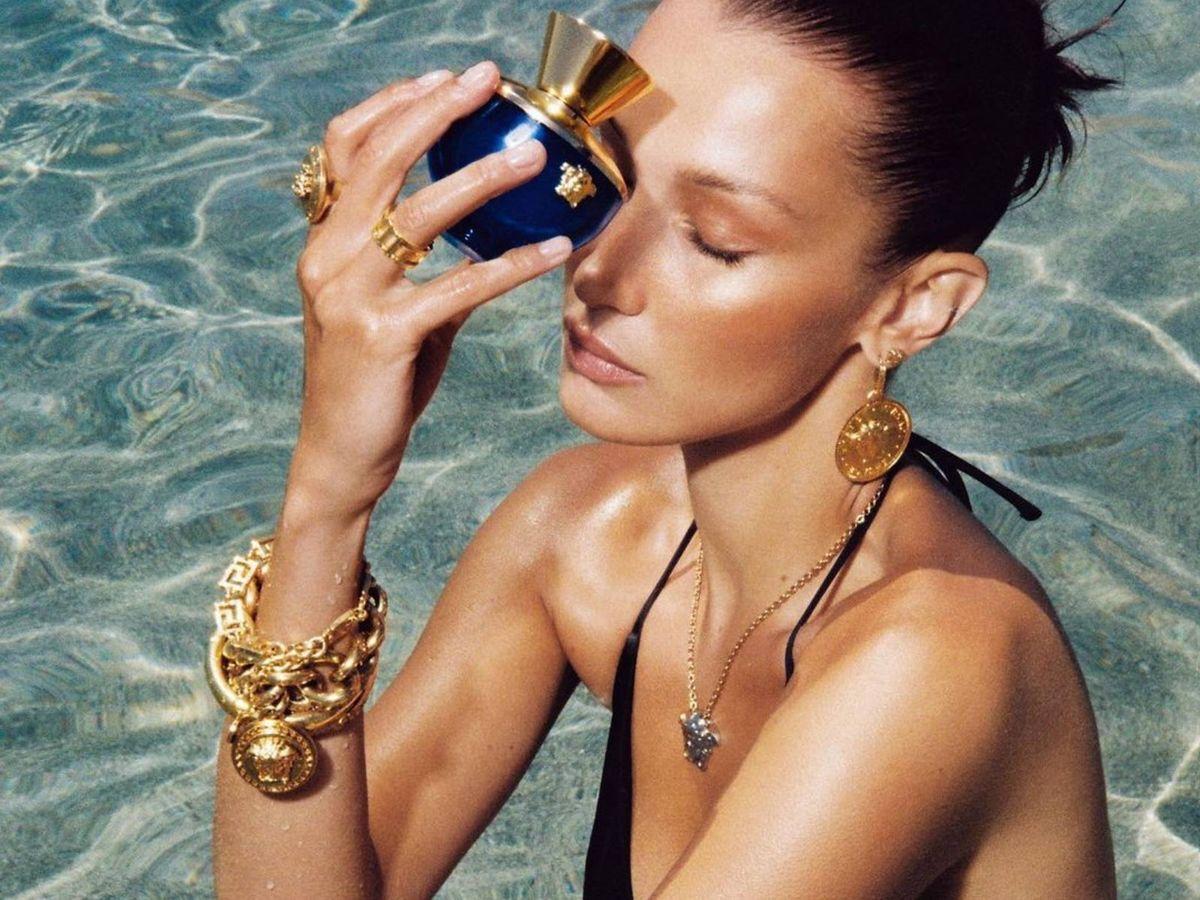 Foto: Disfruta del verano con estas fragancias que huelen a mar y playa. (Instagram @versace)